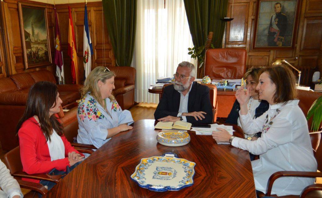 Una alumna de Kapital Inteligente recibe la enhorabuena del alcalde de Talavera